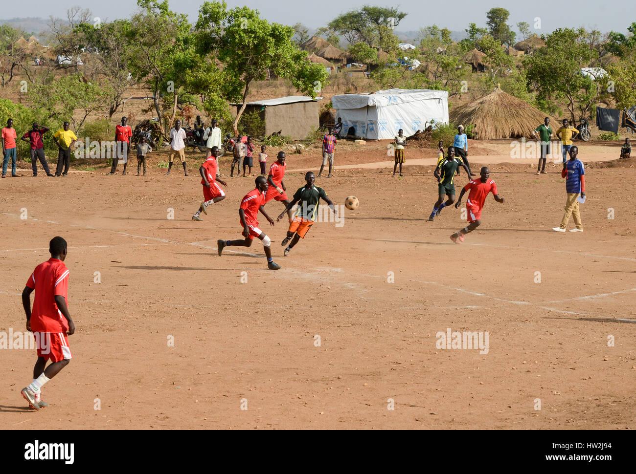UGANDA, Arua, Yumbe, south sudanese refugees in Bidi Bidi refugee settlement , young people play soccer / suedsudanesische - Stock Image