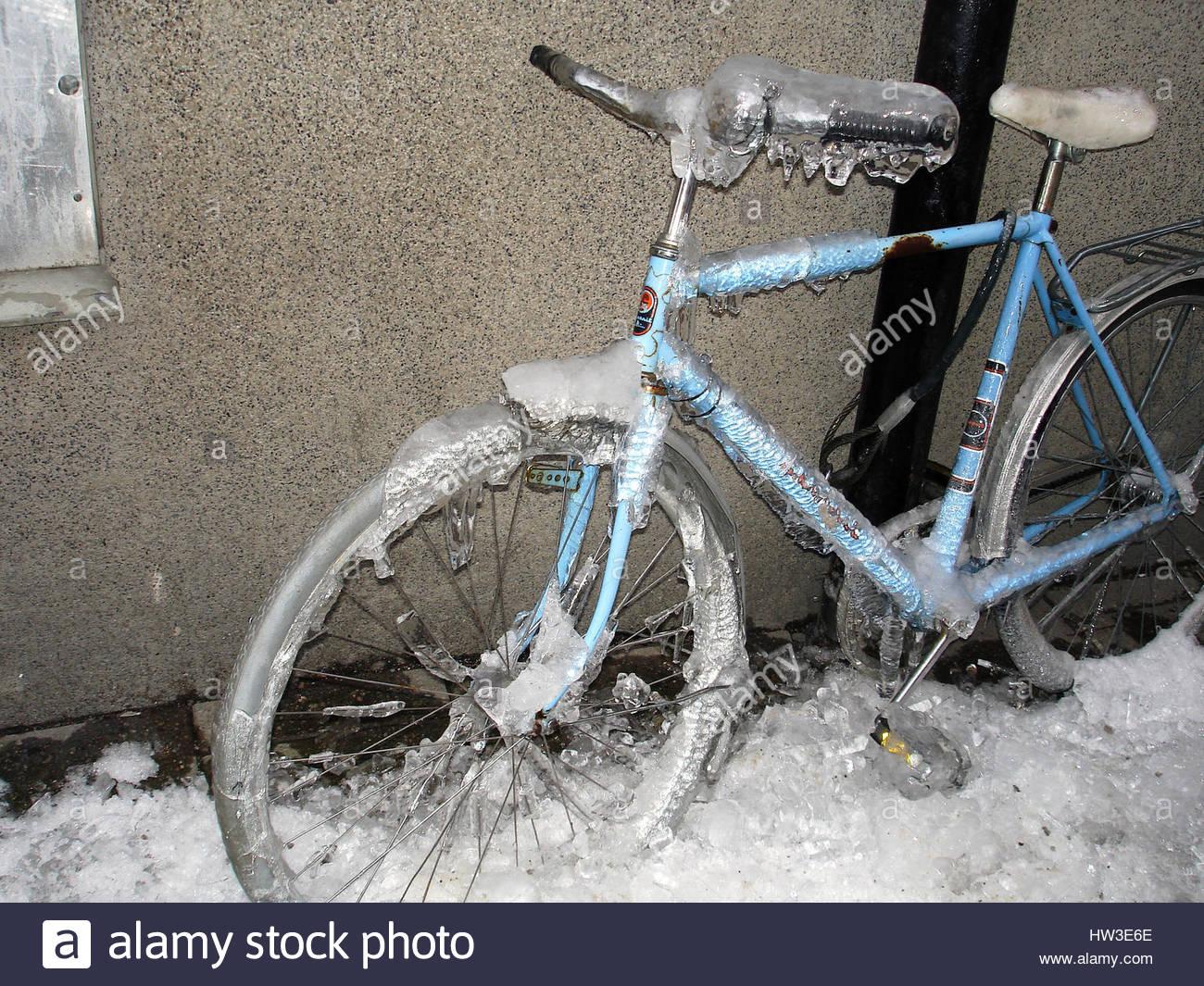 Helsinki, frozen bicycle in street - Stock Image