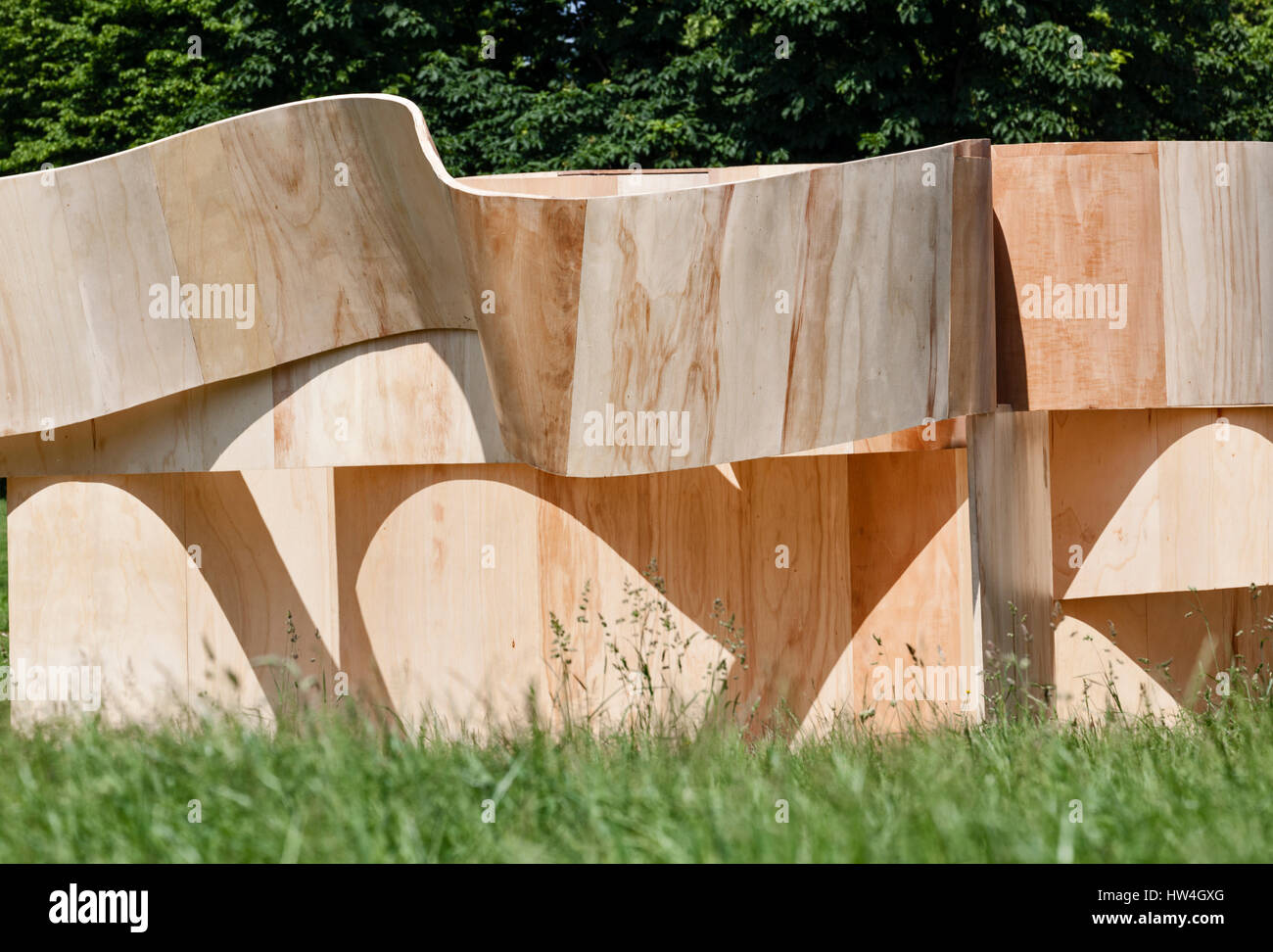 serpentine summer house 2016 kensington gardens london uk exterior view of curved plywood structure