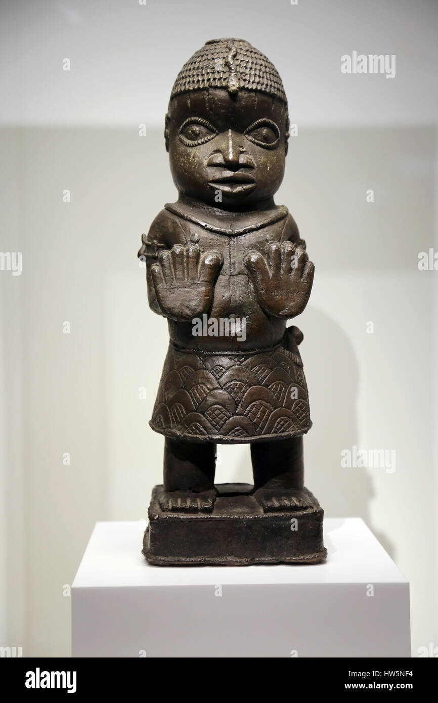 Benin empire. southern Nigeria. Benin city, Edo. Figure with its palms raised. 1550-1700. Museum of world cultures. - Stock Image