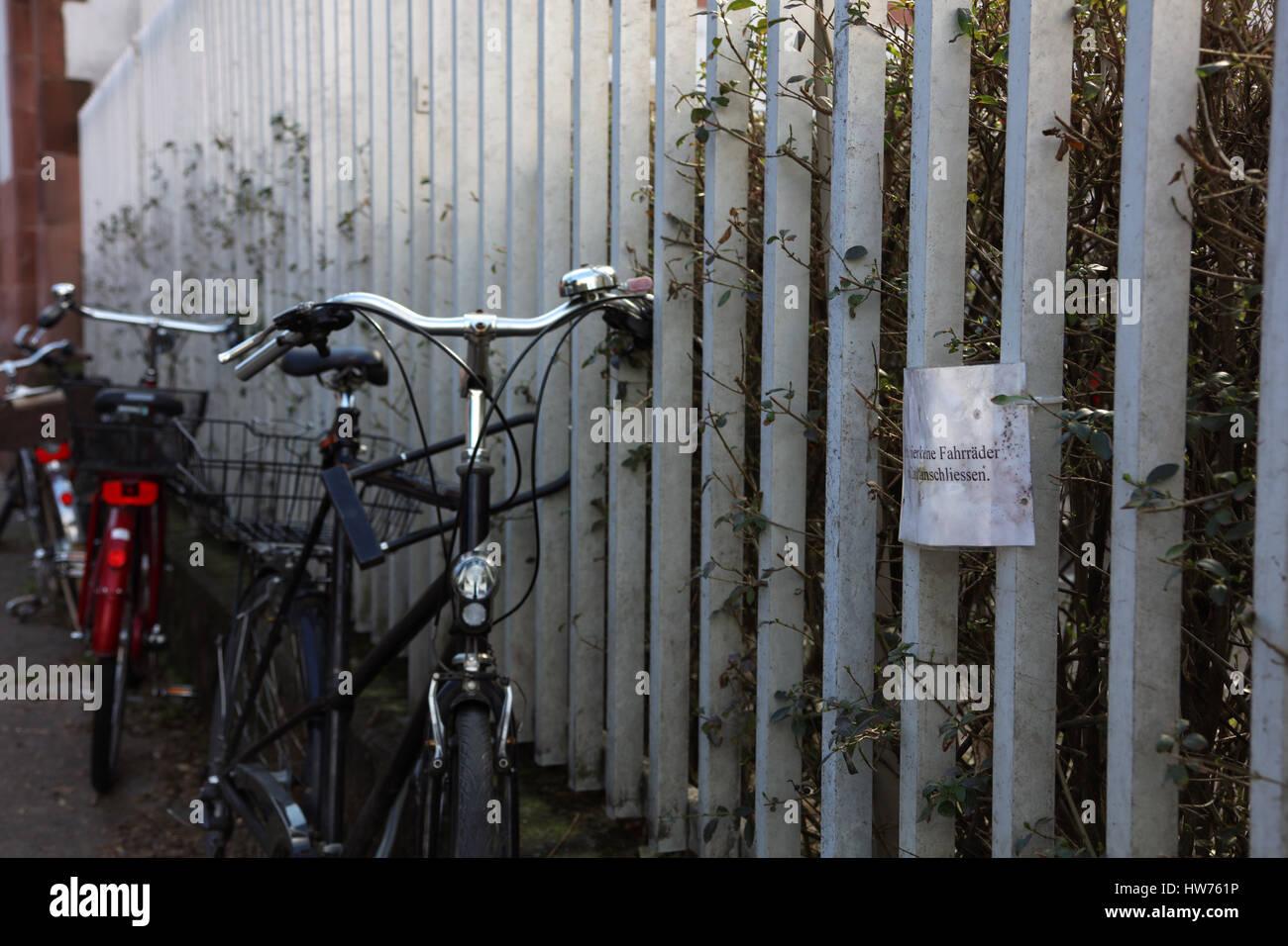 Fahrrad am Zaun abgeschlossen Stock Photo