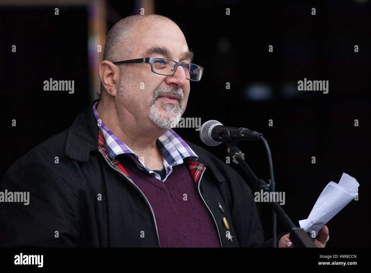 London, UK. 18th March, 2017. David Rosenberg of the Jewish Socialists' Group addresses thousands of demonstrators - Stock Image