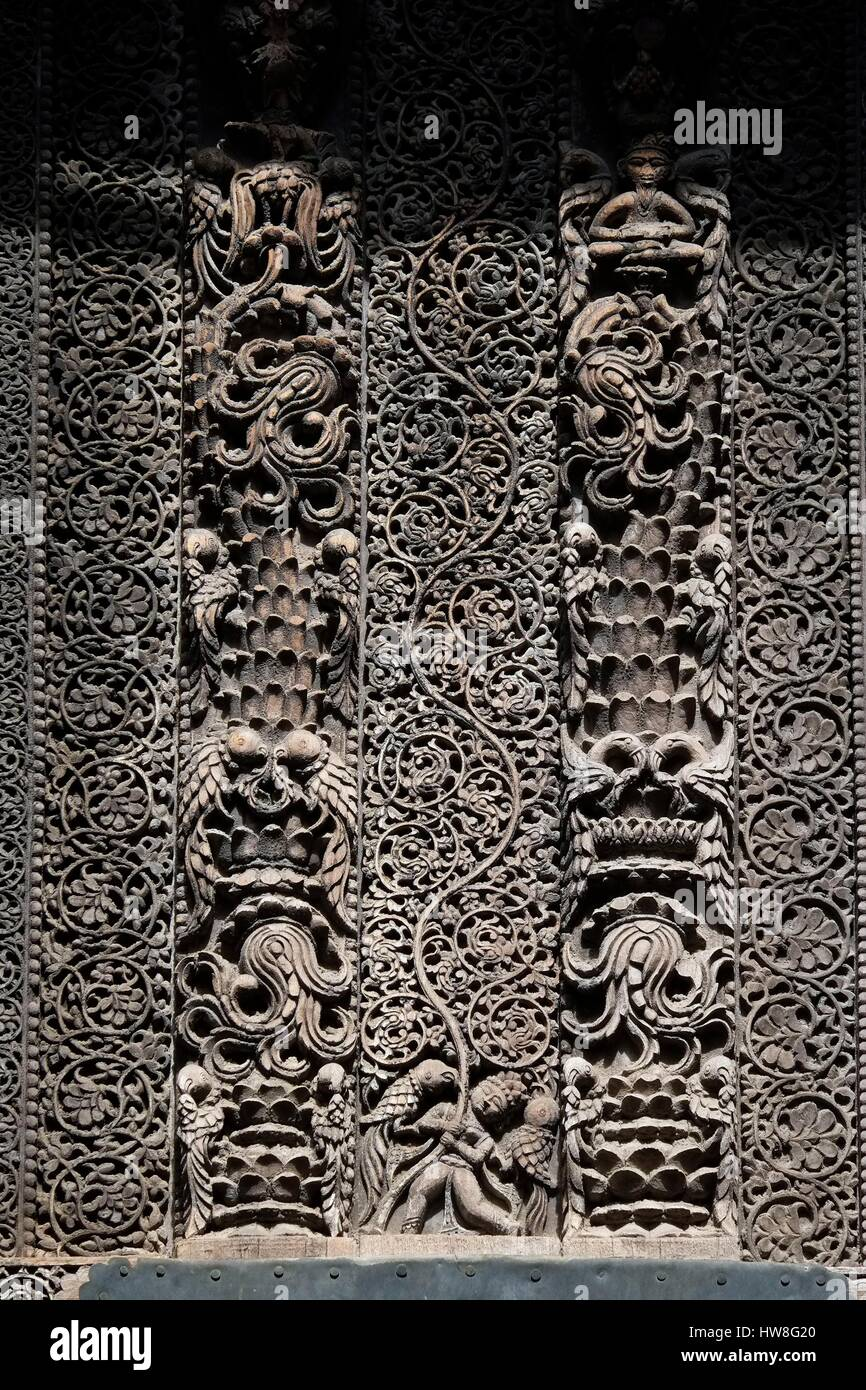India, Gujarat State, Ahmedabad, listed as World Heritage by UNESCO, doors and carved wooden pillars from havelis - Stock Image