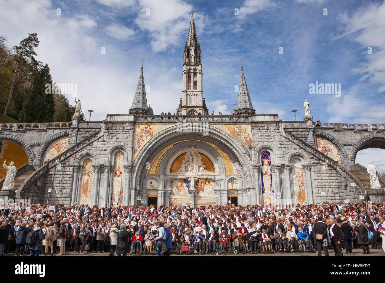 France, Hautes Pyrenees, Lourdes, Sanctuary of Our Lady of Lourdes, group photo in front of Rosary Basilica Stock Photo