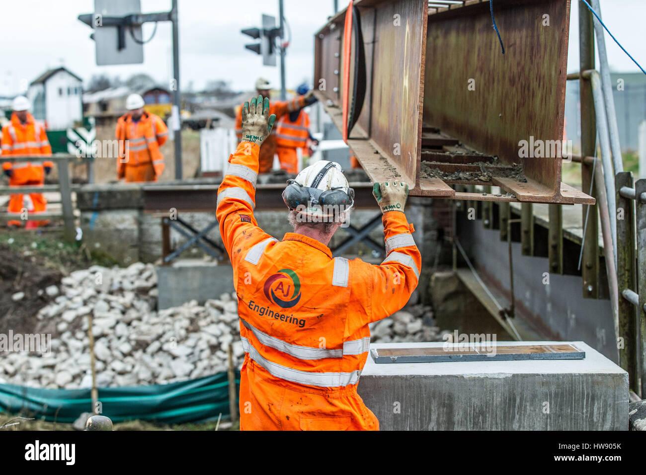 Scaffolders constructing scaffold   Pic Peter Devlin - Stock Image
