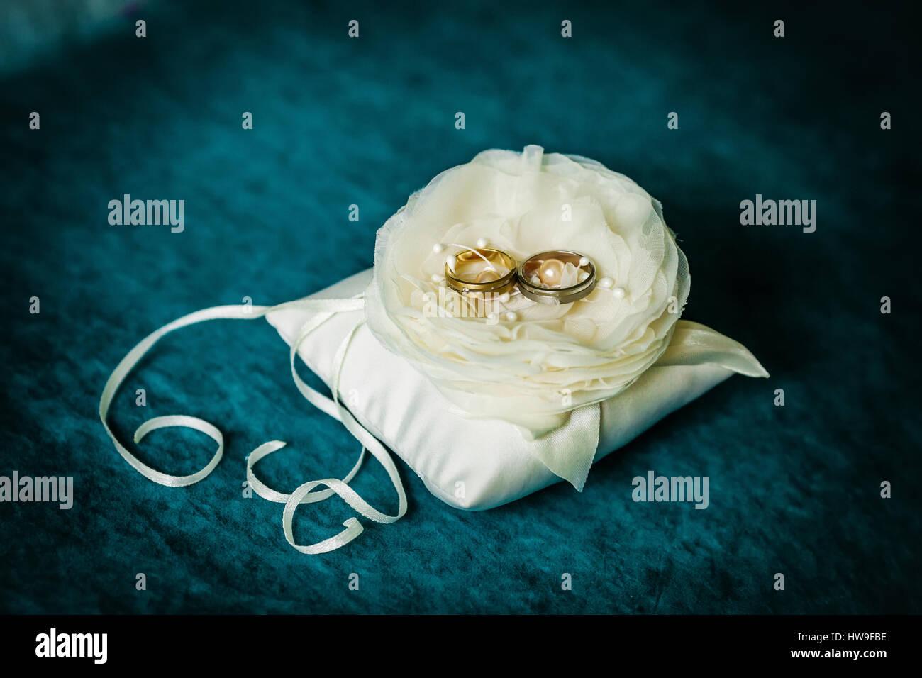 Luxury wedding golden rings on flower - Stock Image