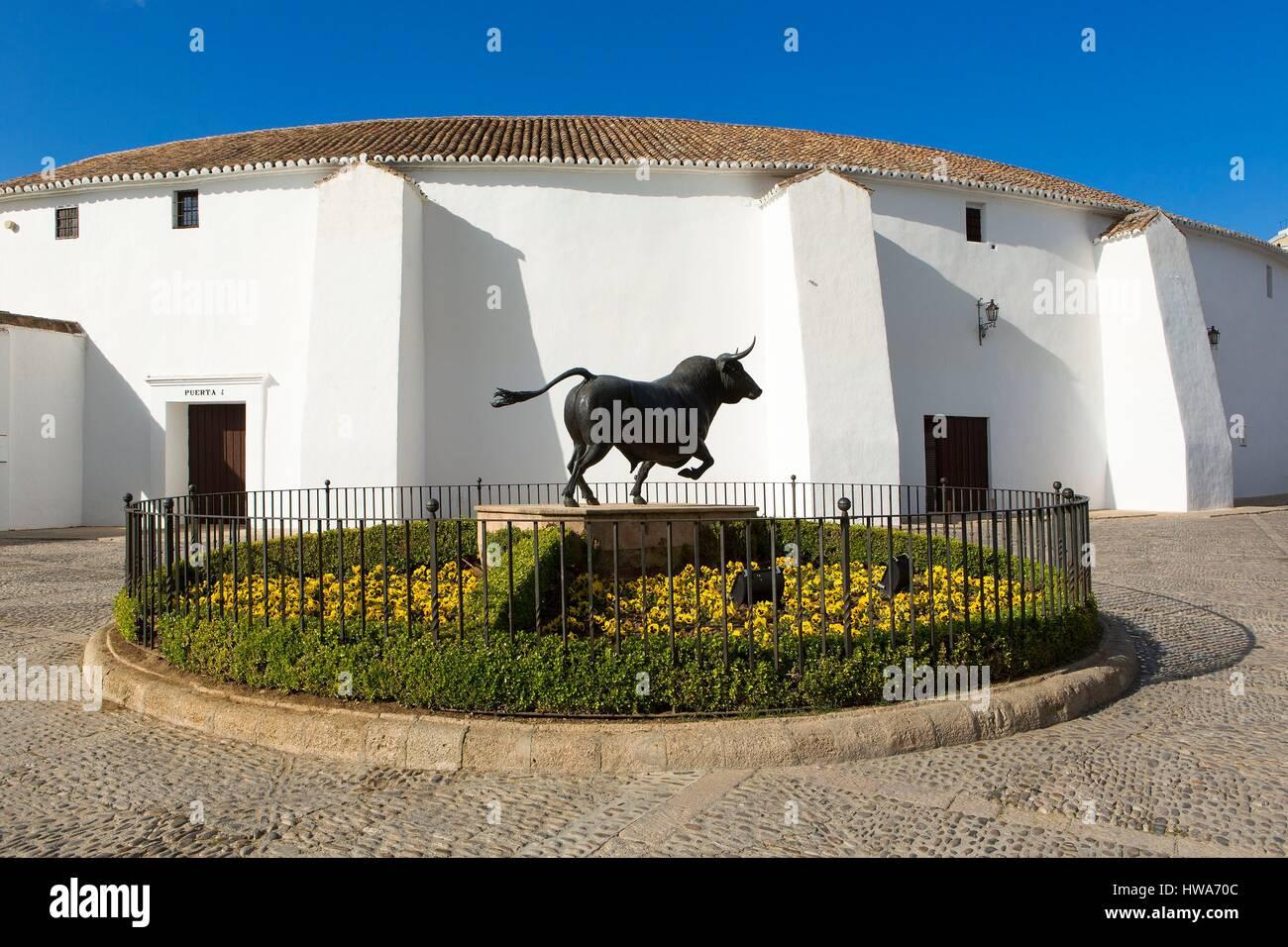 Spain, Andalucia, Malaga Province, Ronda, bull sculpture in front of the bull ring (Plaza de Toros de la Real Maestraza - Stock Image