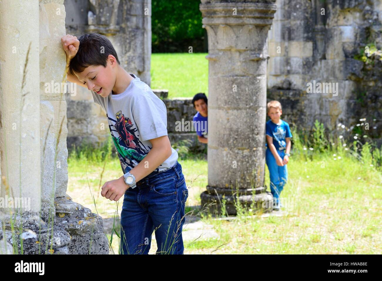 France, Aisne, Bouconville-Vauclair, Vauclair abbey, family picnic, play hide and seek - Stock Image