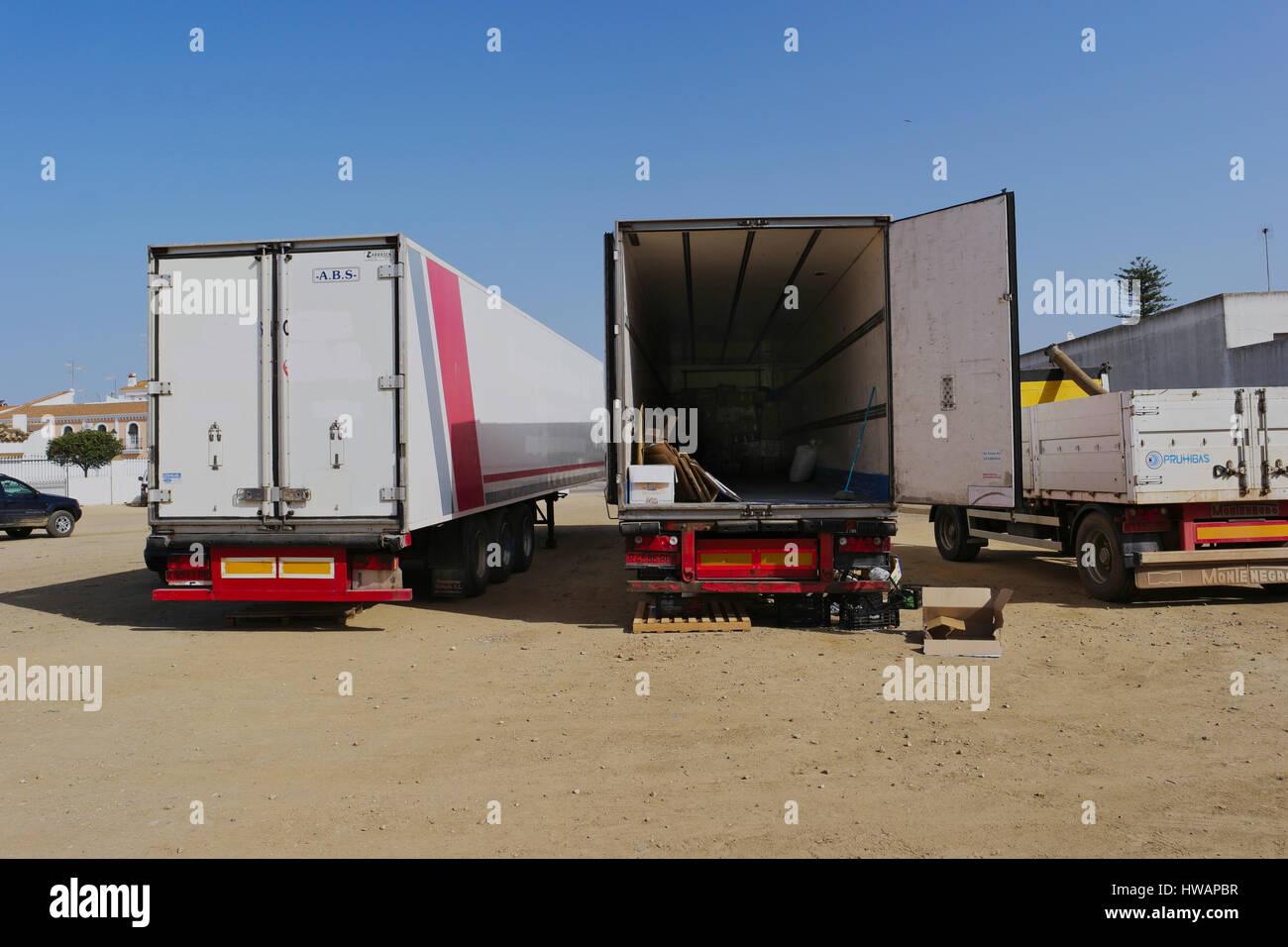 Trucks waiting load - Stock Image