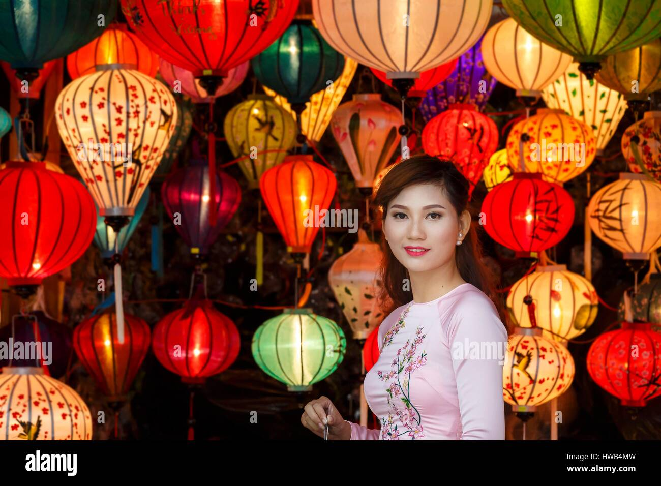 Vietnam, Quang Nam Province, Hoi An, bride surrounded by chinese lanterns - Stock Image
