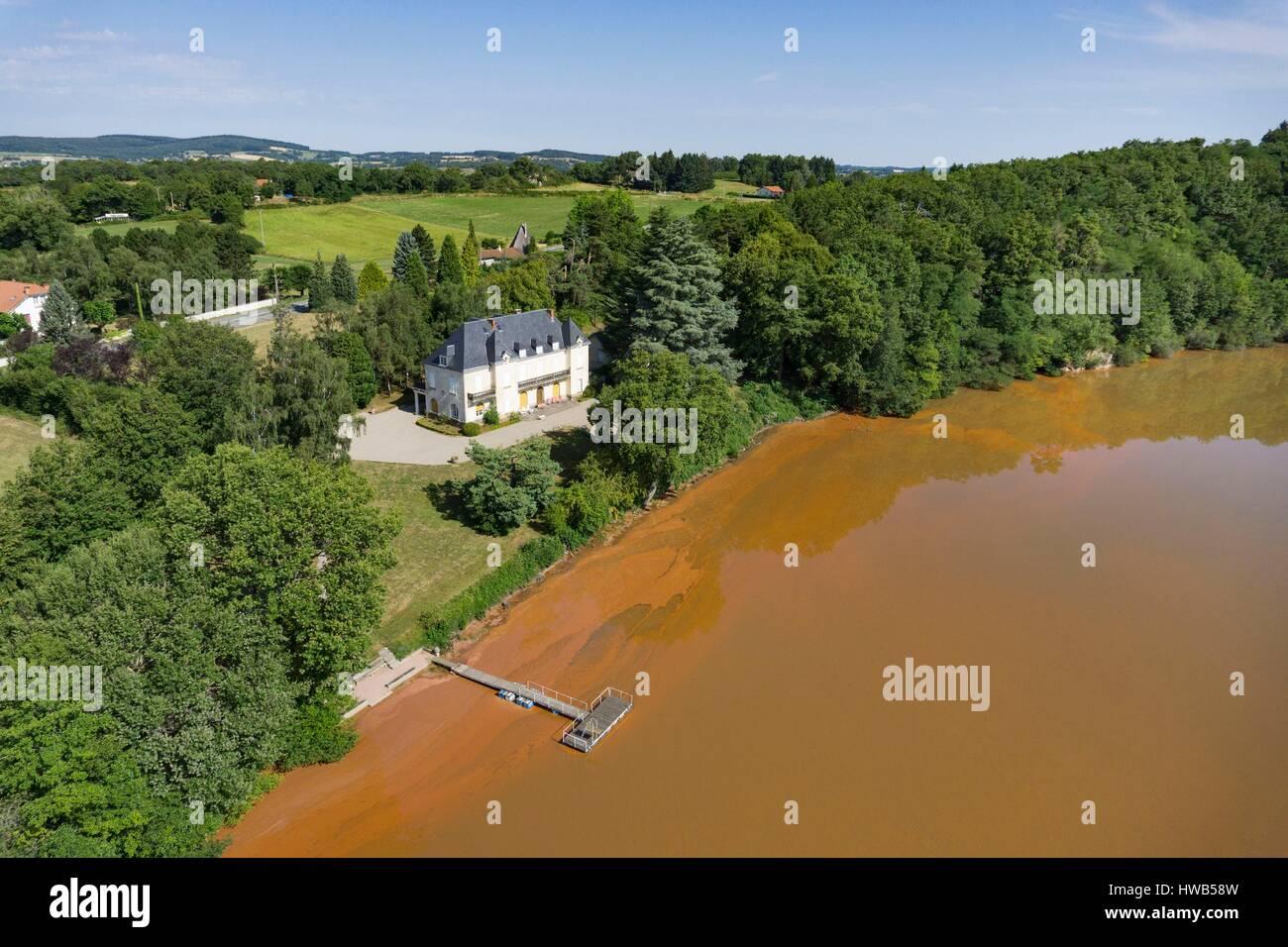 France, Puy de Dome, Charbonnieres les Vieilles, Gour de Tazenat, Maar volcano type, the red color of the water - Stock Image