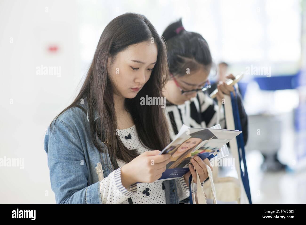 Kunshan, Jiangsu, China. 5th Nov, 2016. November 5, 2016, Kunshan, China - Propective Chinese students peruse marketing - Stock Image