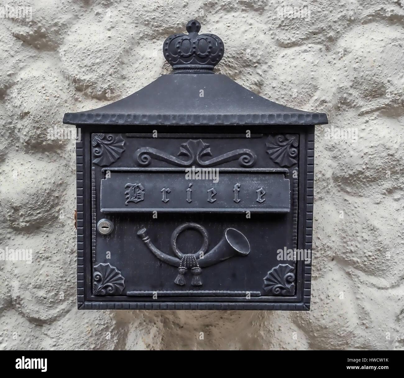 A letter-box in a Huasmauer waits for incoming letters, Ein Postkasten an einer Huasmauer wartet auf ankommende Stock Photo