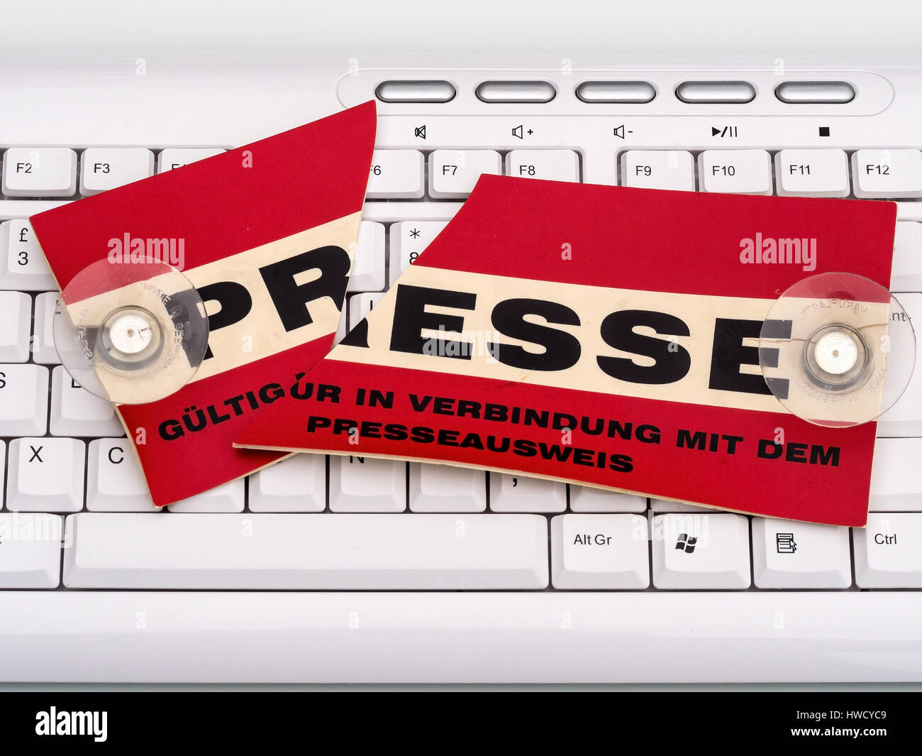On a keyboard there lies a broken board of a press journalists. Symbolic photo f¸r freedom of the press, Auf - Stock Image