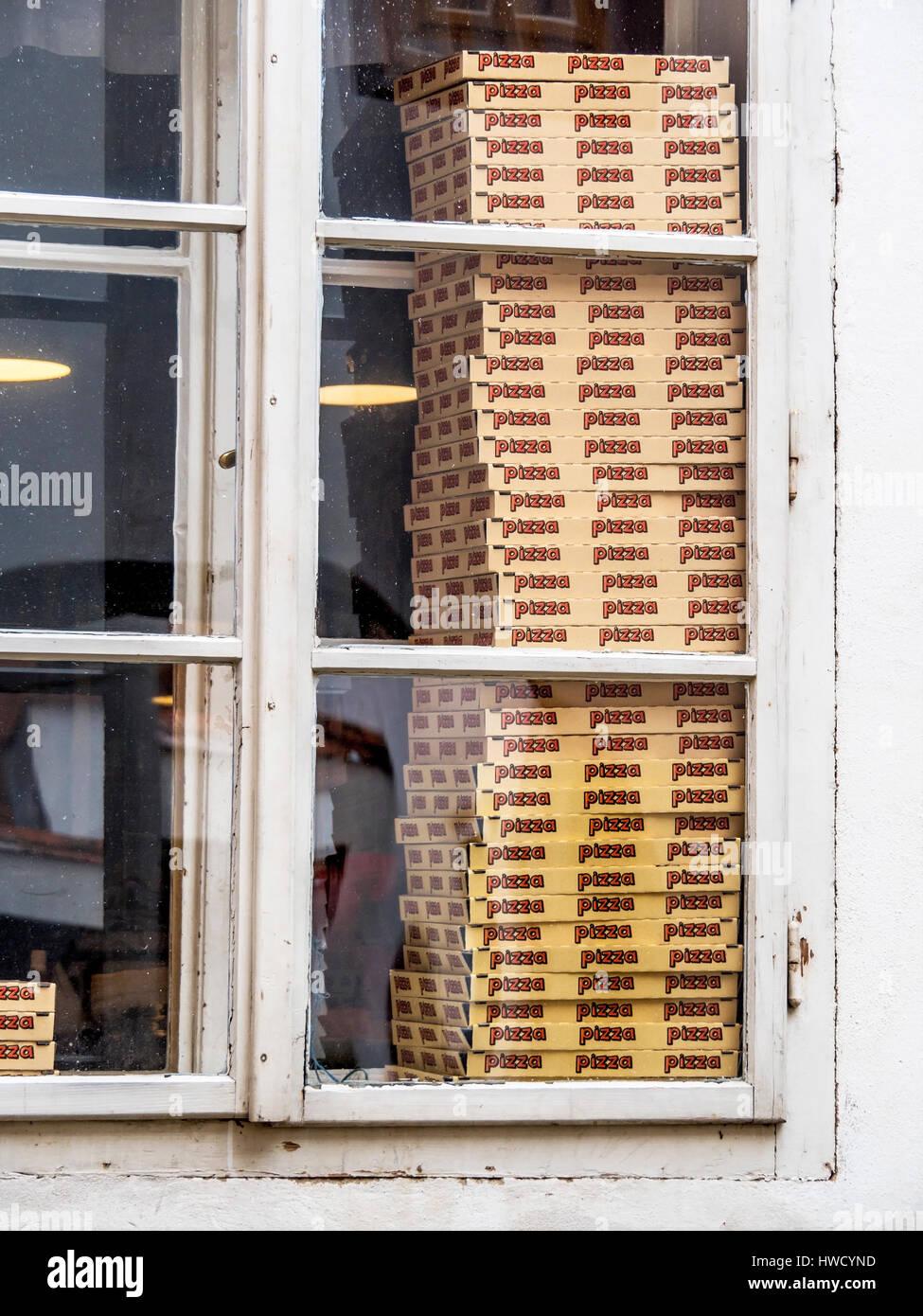 In a pizzeria boxes wait for pizza for her delivery., In einer Pizzeria warten Schachteln für Pizza auf ihre Auslieferung. Stock Photo
