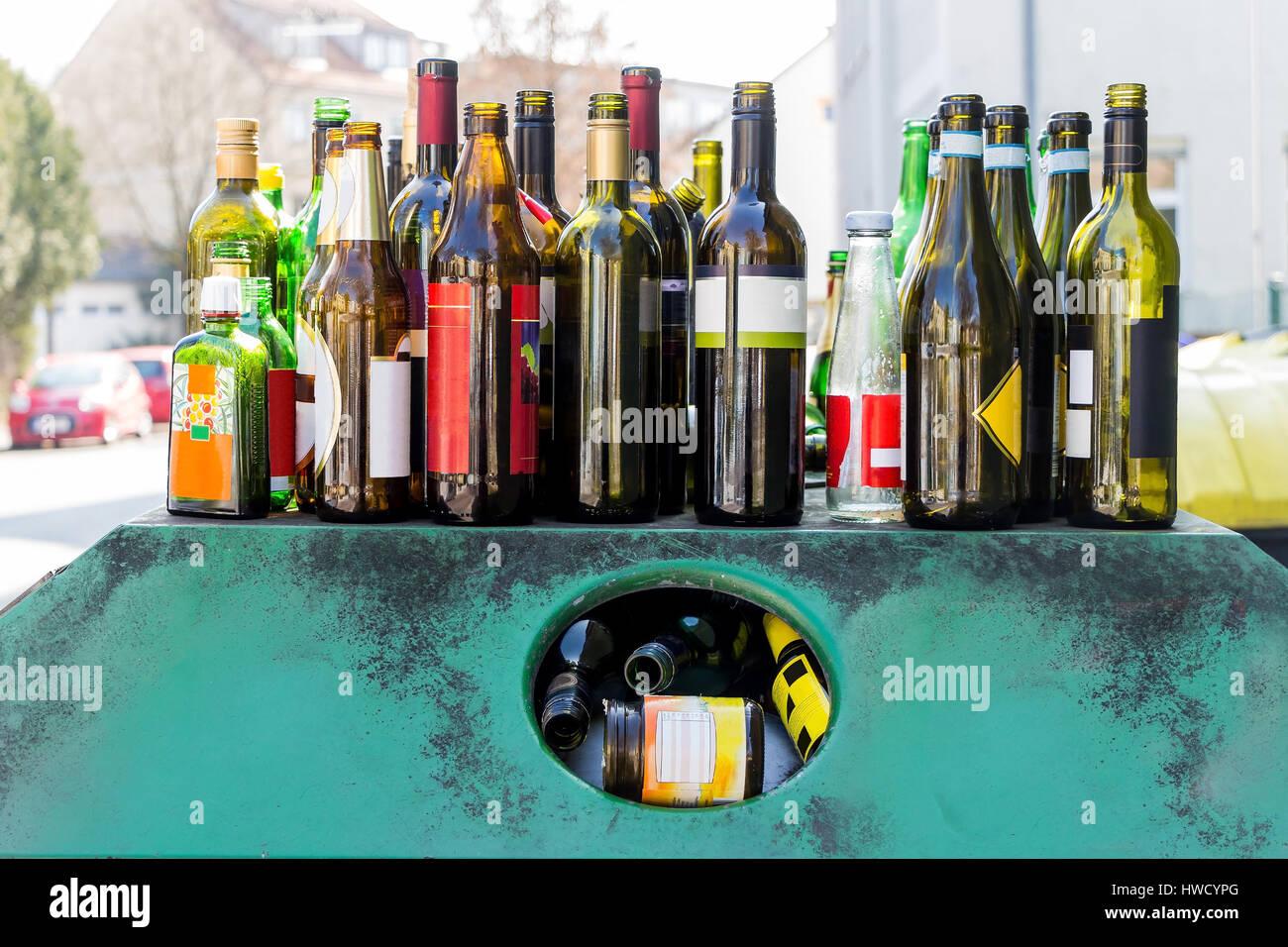 A collective container for old glass is overcrowded., Ein Sammelbehälter für Altglas ist überfüllt. Stock Photo