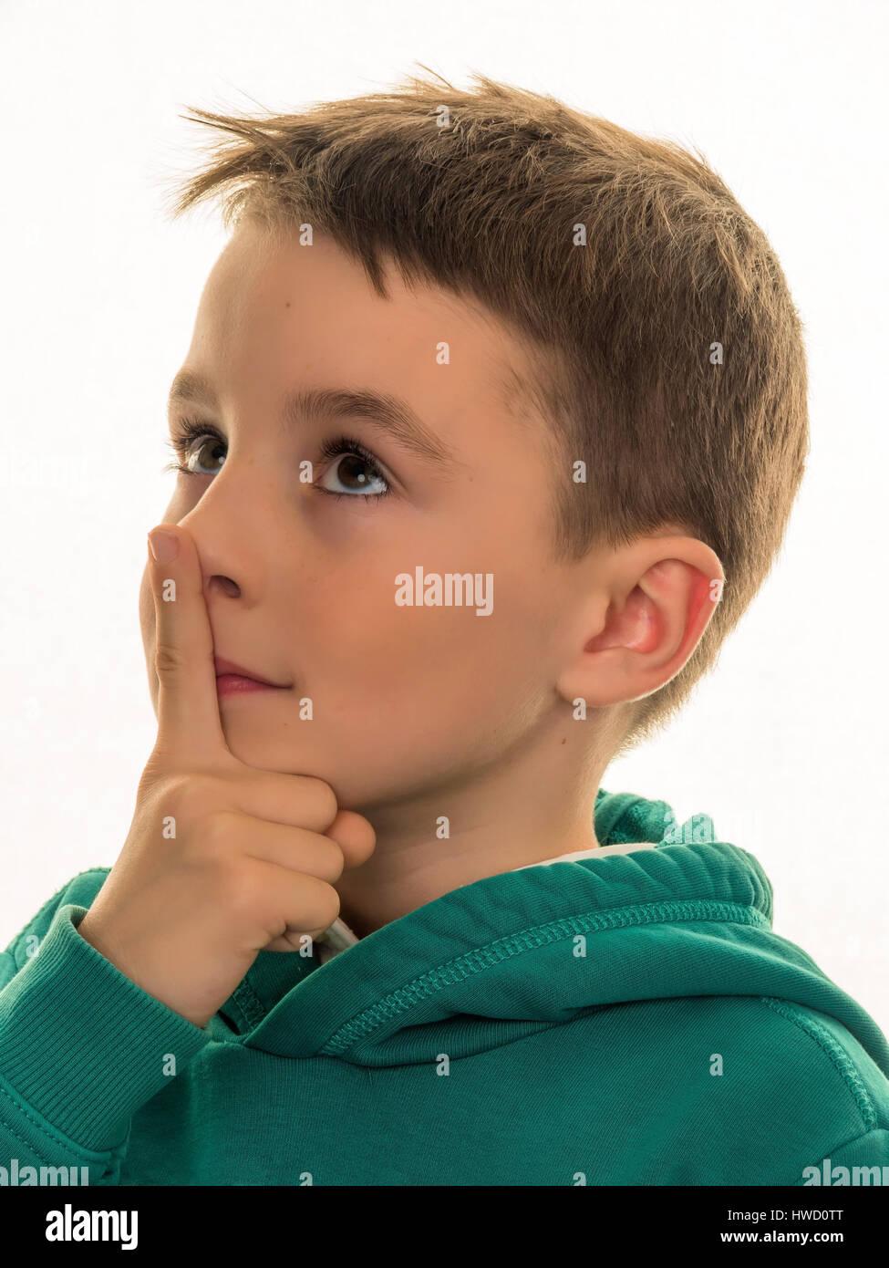 A boy thinks. Pensive or curious child., Ein Bub denkt nach. Nachdenkliches oder neugieriges Kind. Stock Photo