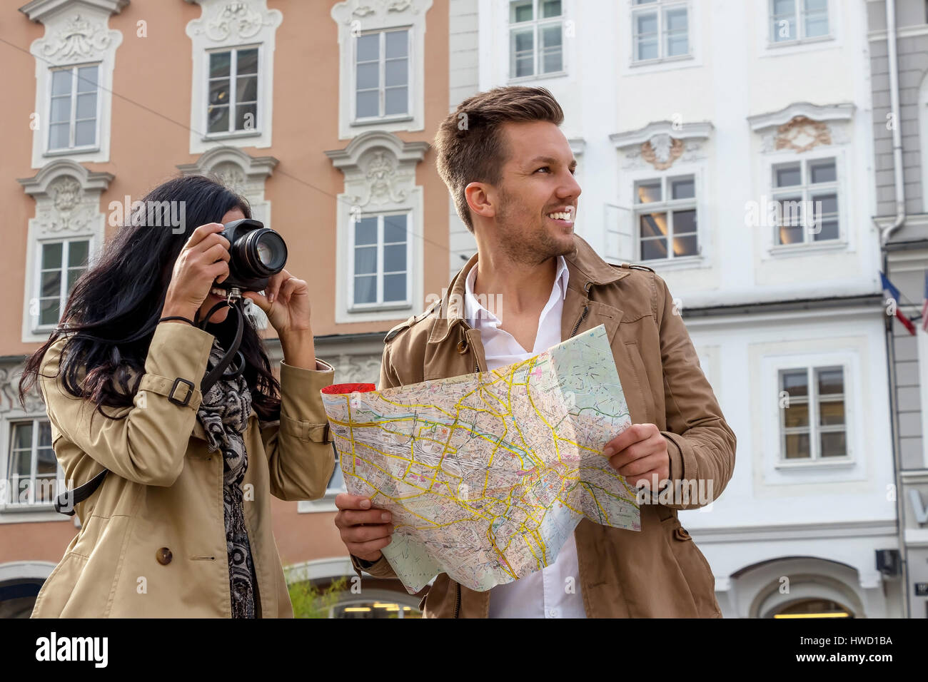 Young pair with town plan and guide with the inspection of a town on vacation, Junges Paar mit Stadtplan und Reiseführer Stock Photo