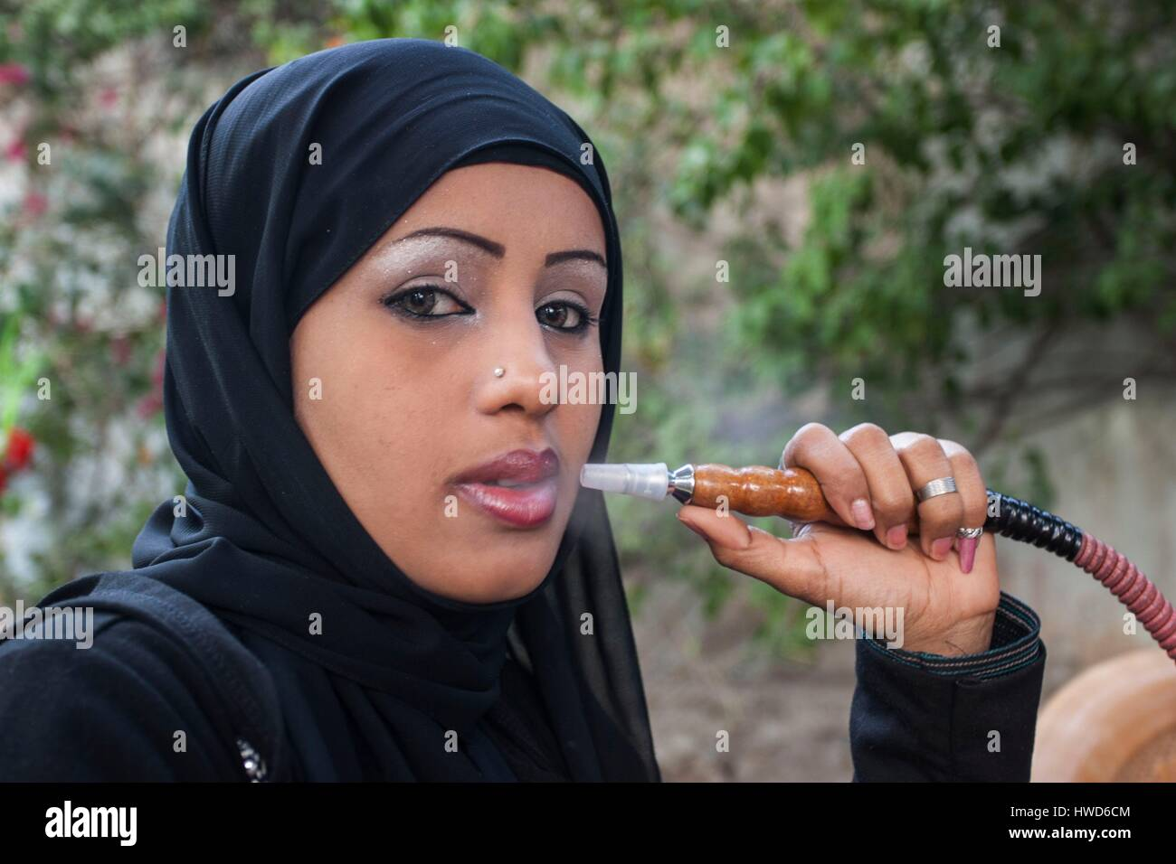 Yemen, Sanaa, lady smoking chicha in the only one coffe shop for women - Stock Image