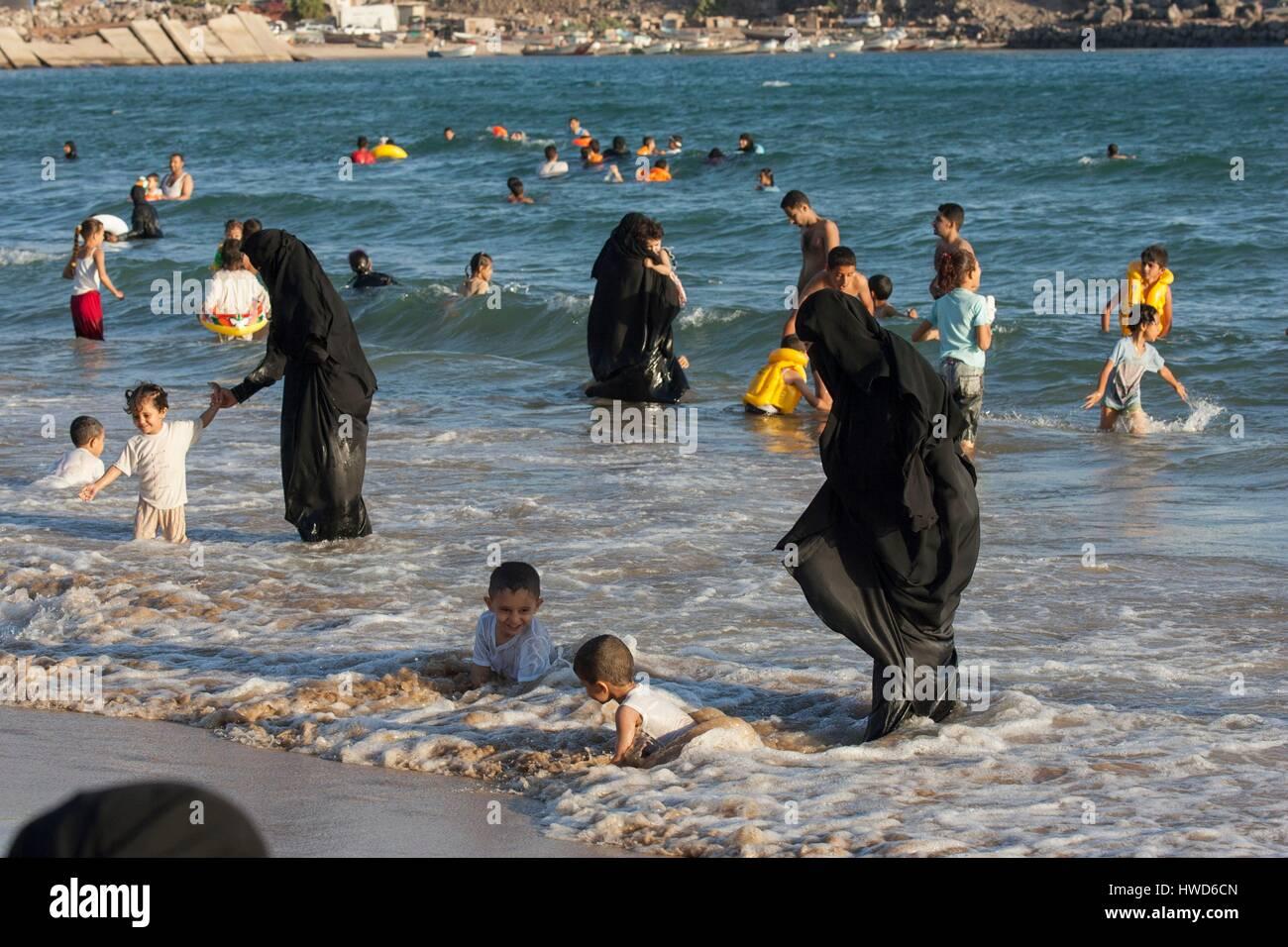 Yemen, Aden, Aid el Kebir, women bathing their children - Stock Image
