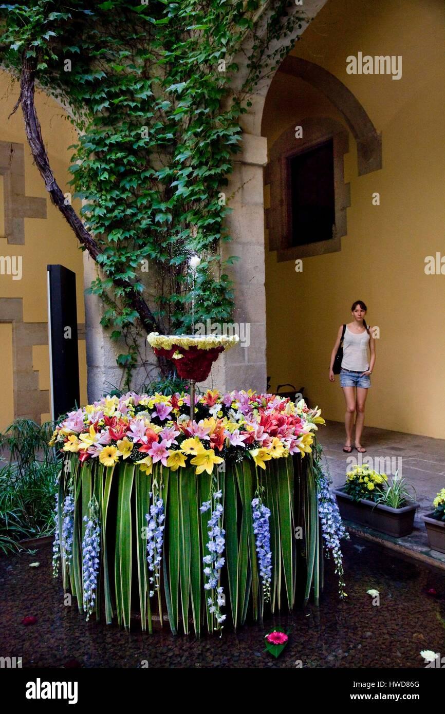 Spain, Catalonia, Barcelona, Gothic Neighborhood, Barrio Gotico, Barri Gotic. L'Ou com balla, dancing egg over - Stock Image