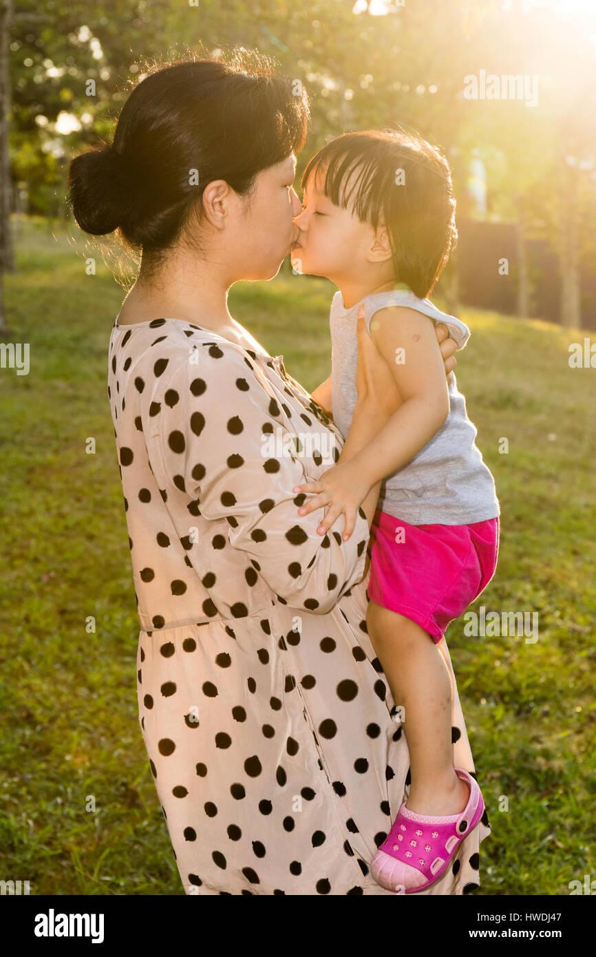 Kleine kleine Asiatische Mädchen küssen Mädchen Titten