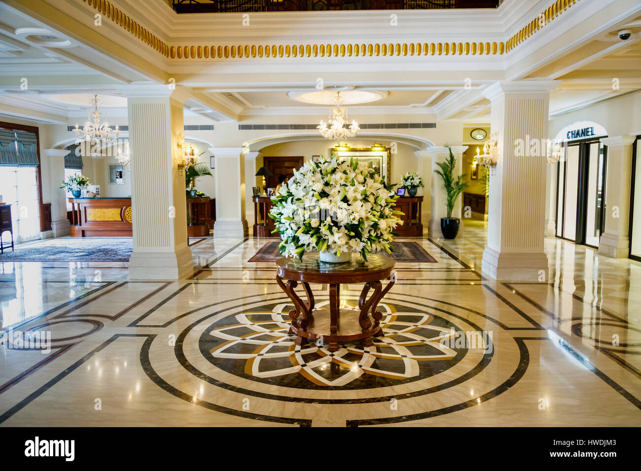 Floral display of white lilies in the reception lobby of for Design hotel 5 sterne