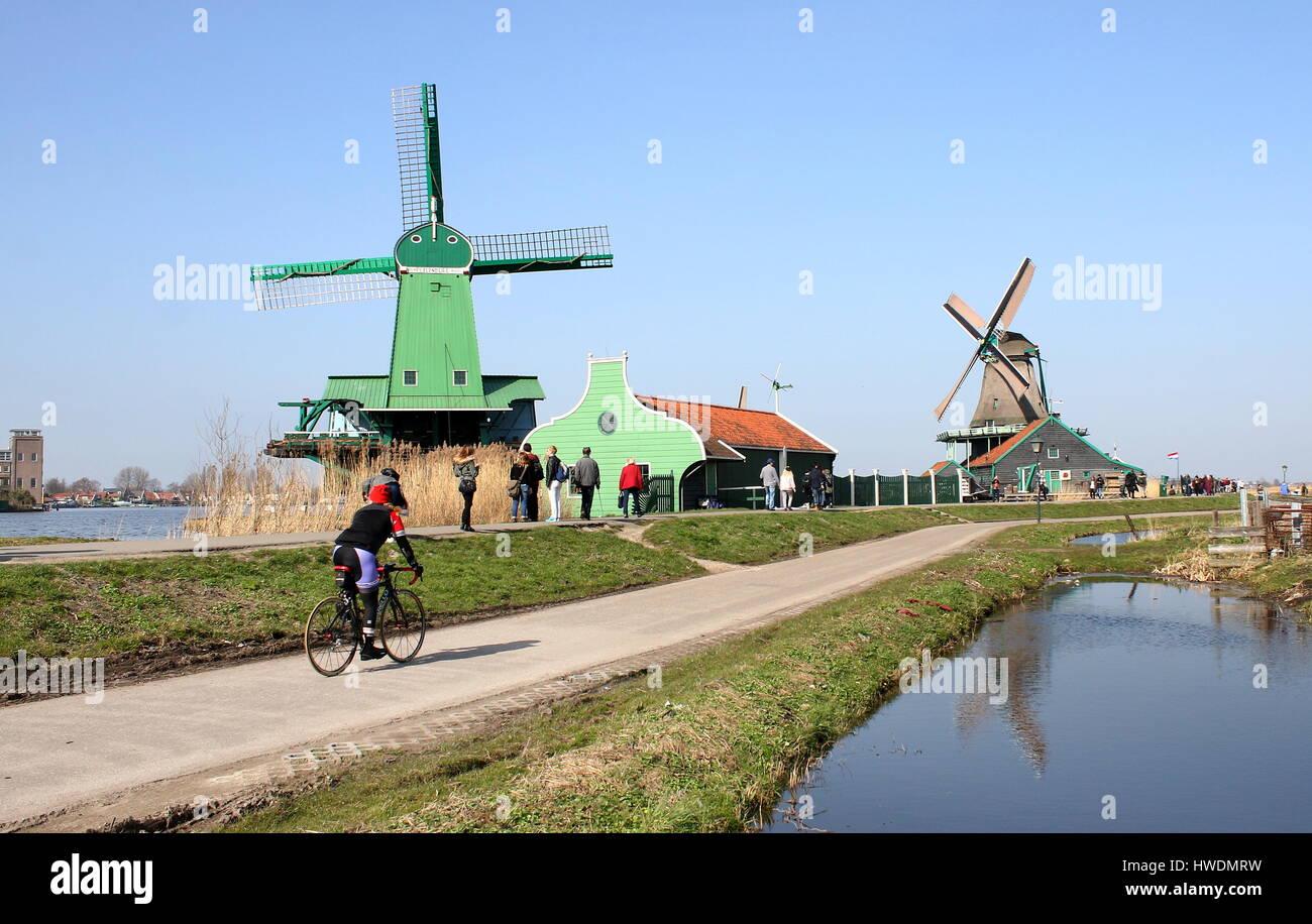 Sawmill De Gekroonde Poelenburg at Zaanse Schans, Zaandam / Zaandijk, Netherlands. In background De Kat, oldest - Stock Image