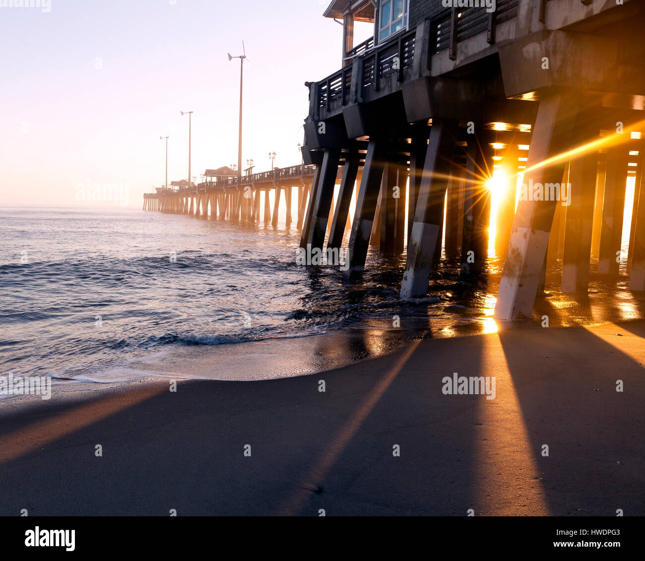 NC00789-00...North Carolina - Sunrise at Jennetts Pier near Whalebone Junction on the Outer Banks. - Stock Image