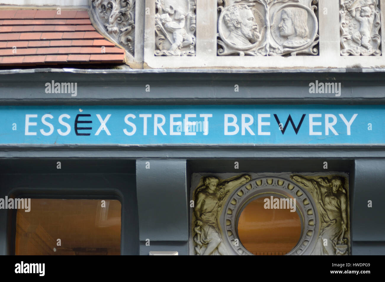 The Temple Brew House - Essex Street Brewery microbrewery pub in the City of London, UK. - Stock Image
