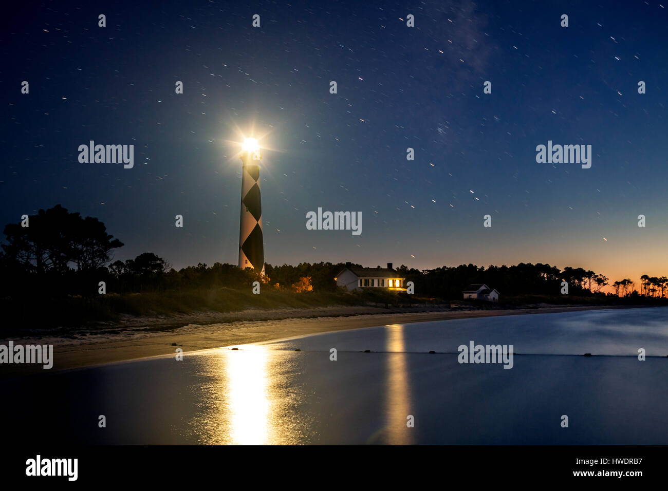 NC00882-00...NORTH CAROLINA - Cape Lookout Lighthouse and Keepers House in Cape Lookout National Seashore reflected - Stock Image