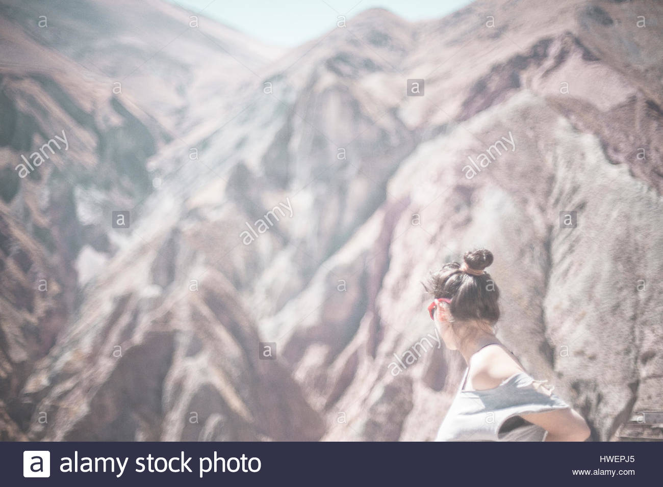 Female tourist looking out over Serranía de Hornocal, Jujuy, Argentina - Stock Image