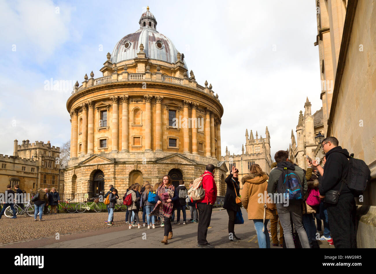 Oxford University students at the Radcliffe Camera, Oxford city centre, Oxford UK - Stock Image