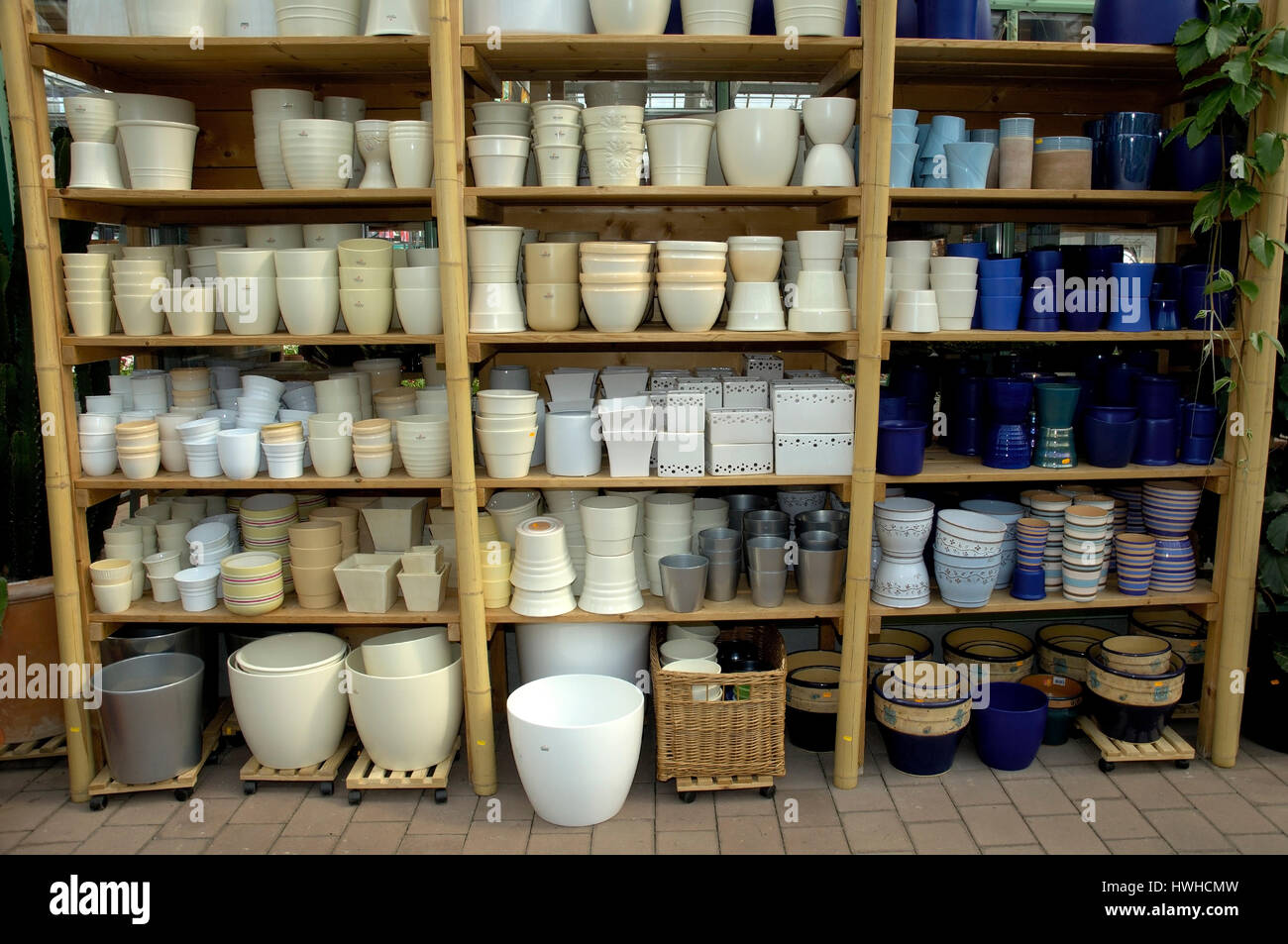 Of Flower pots in in nursery, flowerpots in a market garden , Flower pots in an nursery | Blumentoepfe in einer - Stock Image
