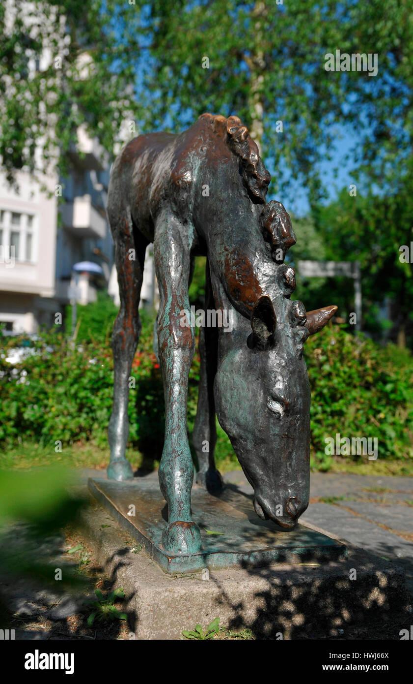 Grasendes Fohlen, Renee-Sintenis-Platz, Friedenau, Berlin, Deutschland - Stock Image