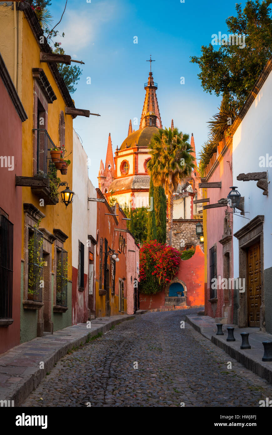 Picturesque scene in the historic center of San Miguel de Allende, exico ------ San Miguel de Allende is a city - Stock Image