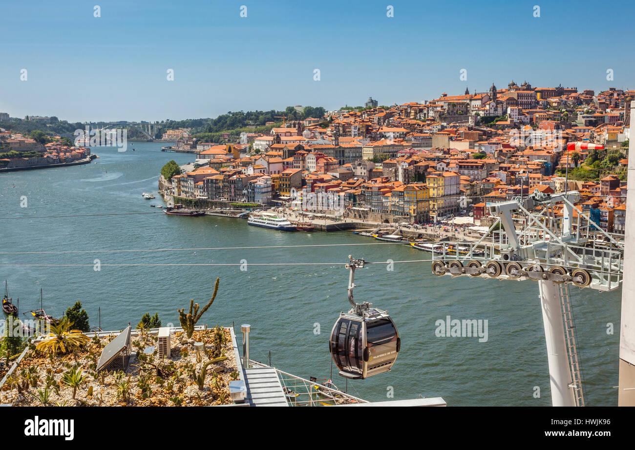 Portugal, Region Norte, Porto, the Teleférico de Gaia cable cars travers over the roofs of Vila Nova de Gaia's - Stock Image