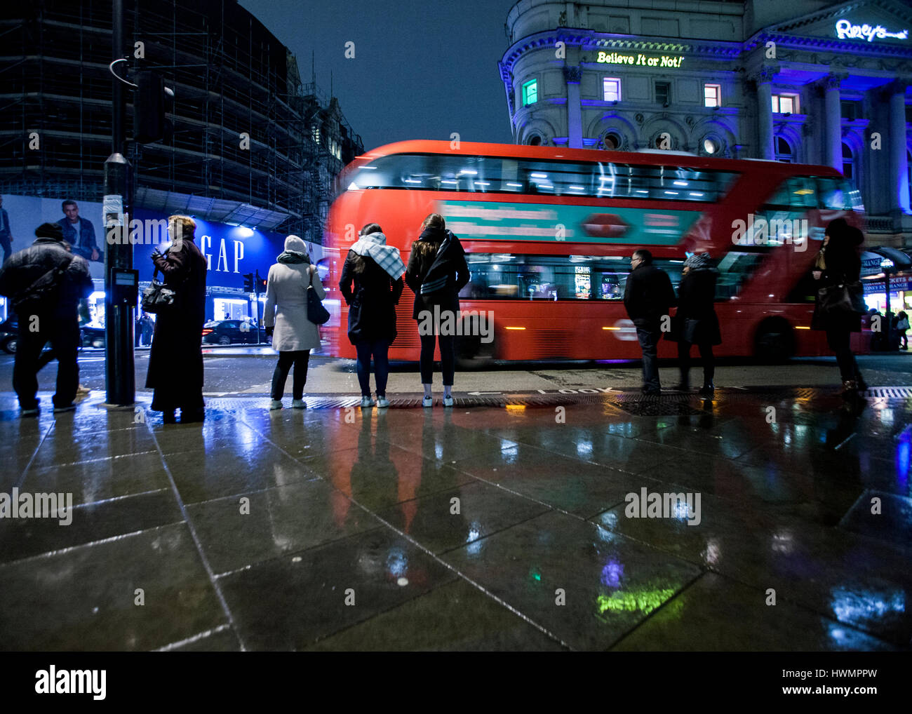 london bus at night in the rain piccadilly circus london - Stock Image