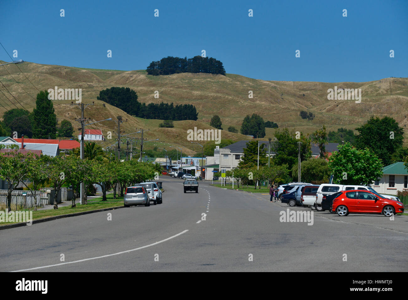 The main street in the central North Island town of Hunterville, New Zealand, with a backdrop of ranges and macrocarpa - Stock Image