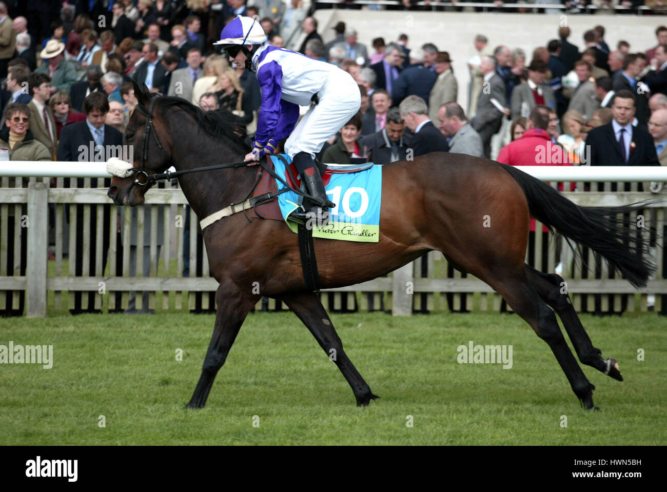 SMOKIN BEAU RIDDEN BY M.HENRY NEWMARKET RACECOURSE NEWMARKET 04 May 2002 - Stock Image