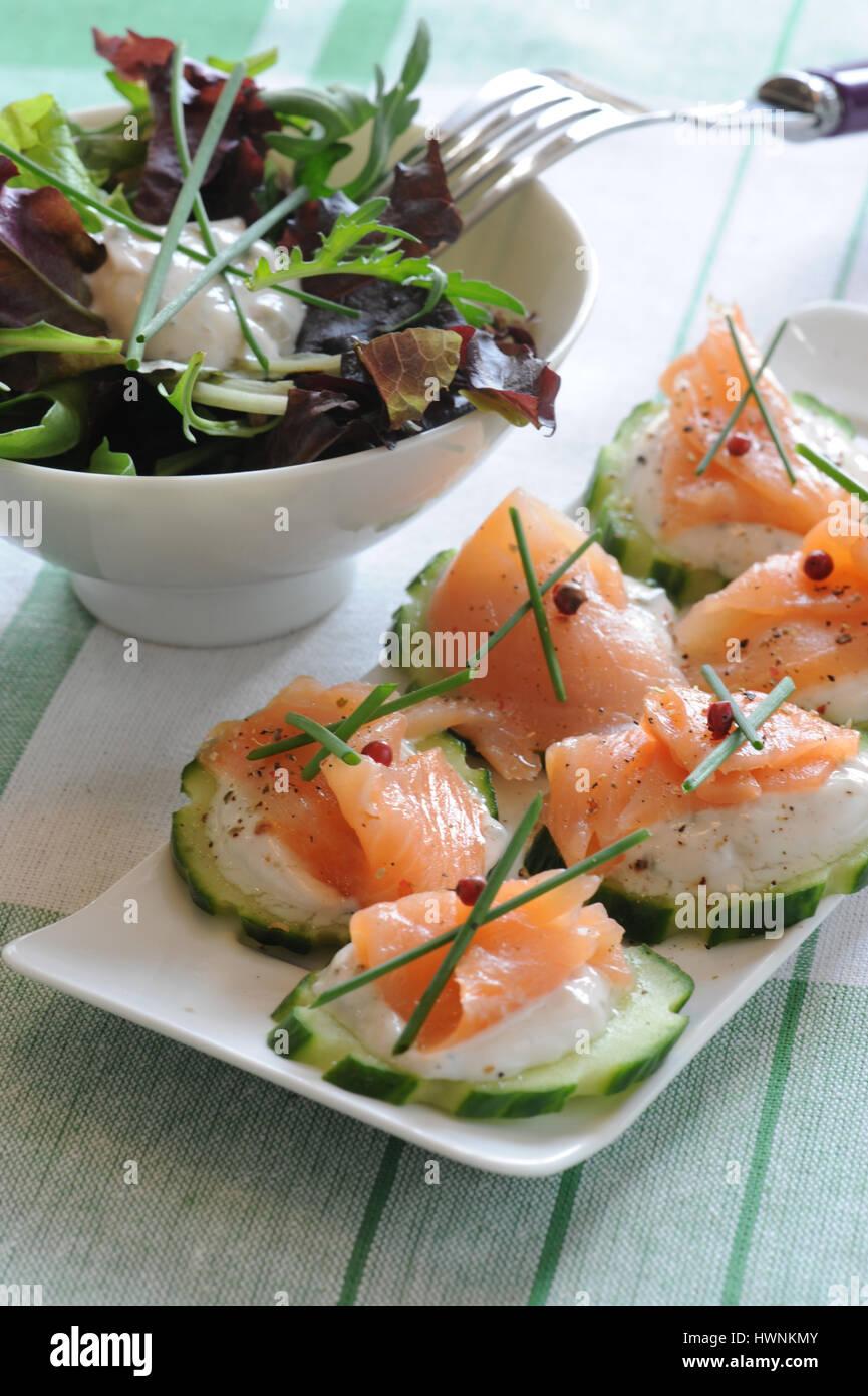 Canapés saumon fumé concombre - Stock Image
