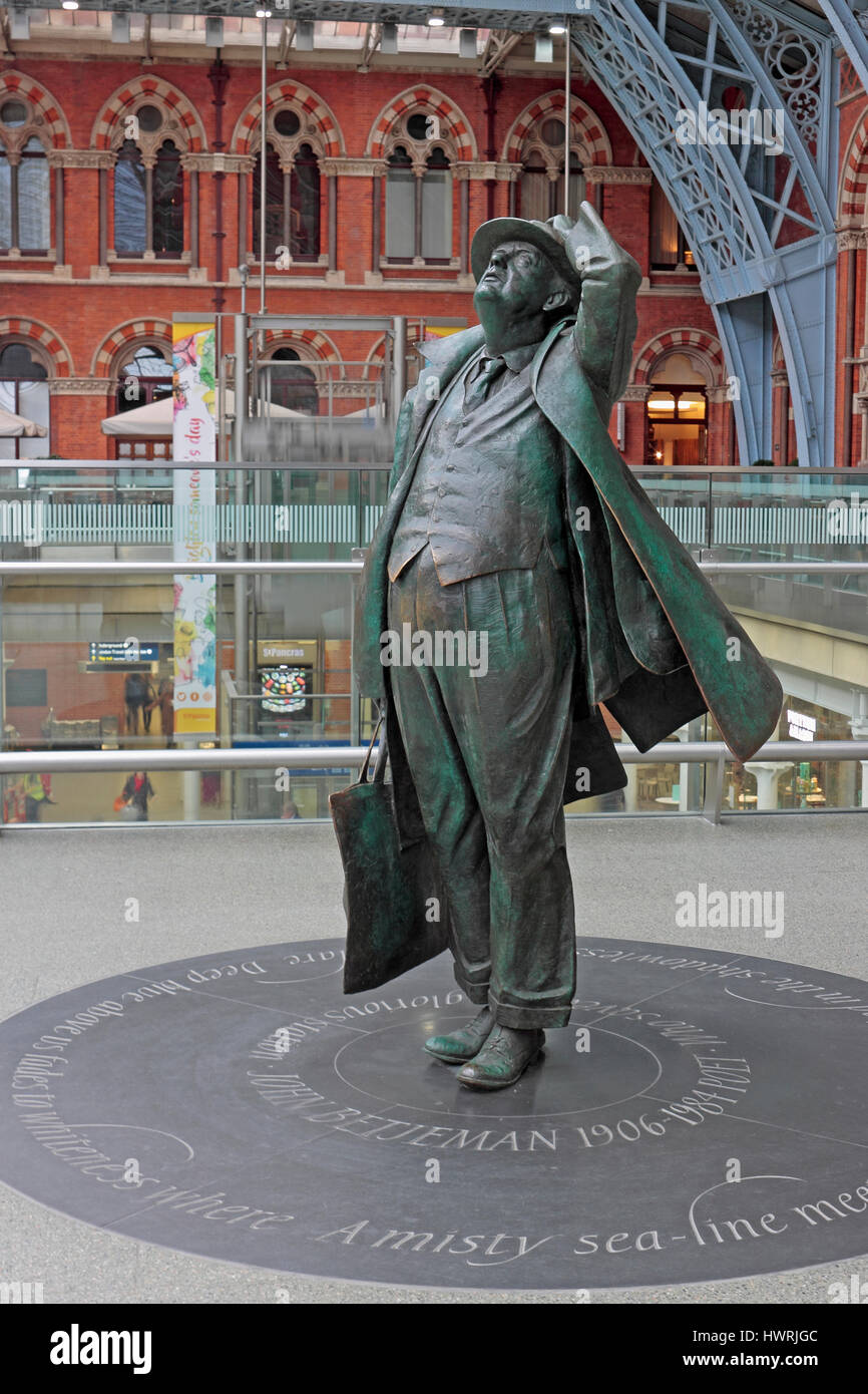 Bronze statue of John Betjeman at St. Pancras Station - Stock Image