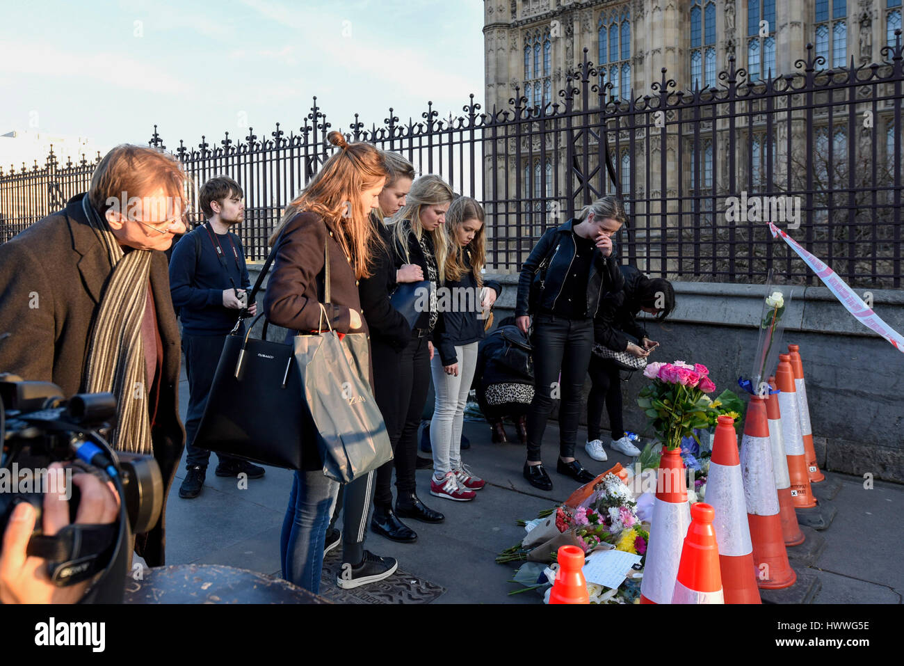 London, UK.  23 March 2017. People lay flowers as a mark of respect outside the Houses of Parliament, following - Stock Image