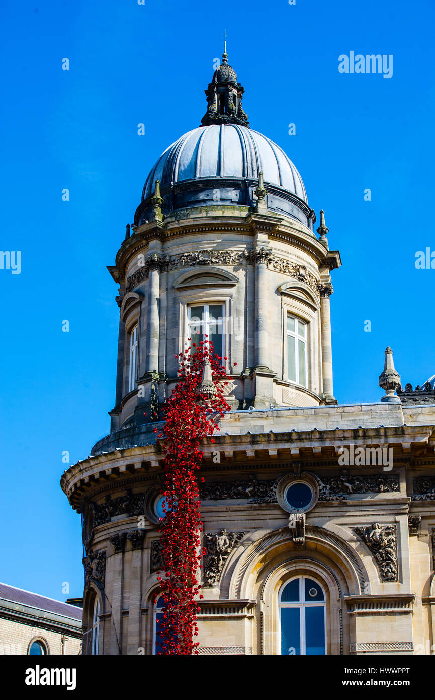 artist Paul Cummins & designer Tom Piper Unveiled the Ceramic poppies  'Weeping Window' installation in Hull - Stock Image