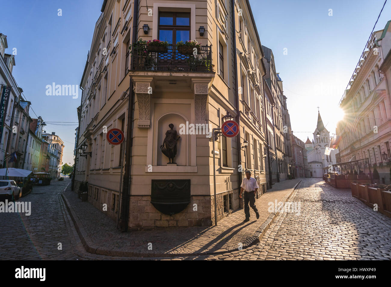 Building on the corne of Pils and Miesnieku streets Old Town of Riga, Latvia. . Our Lady of Sorrows Church on background - Stock Image