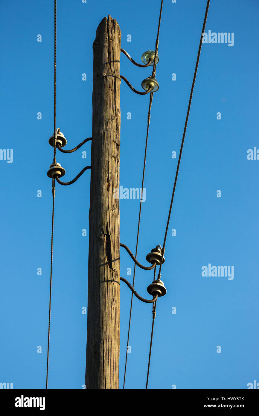 Old wooden pillar with power line - Stock Image