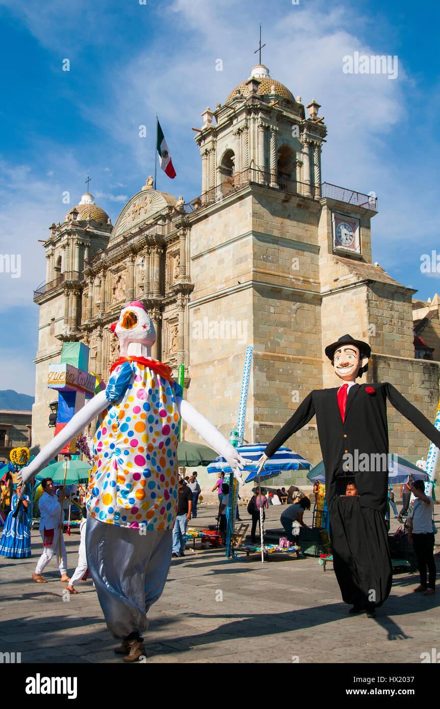 Große Puppen tanzen auf dem Hauptplatz Zocalo vor der Kathedrale, historisches Zentrum des Weltkulturerbe Oaxaca, - Stock Image