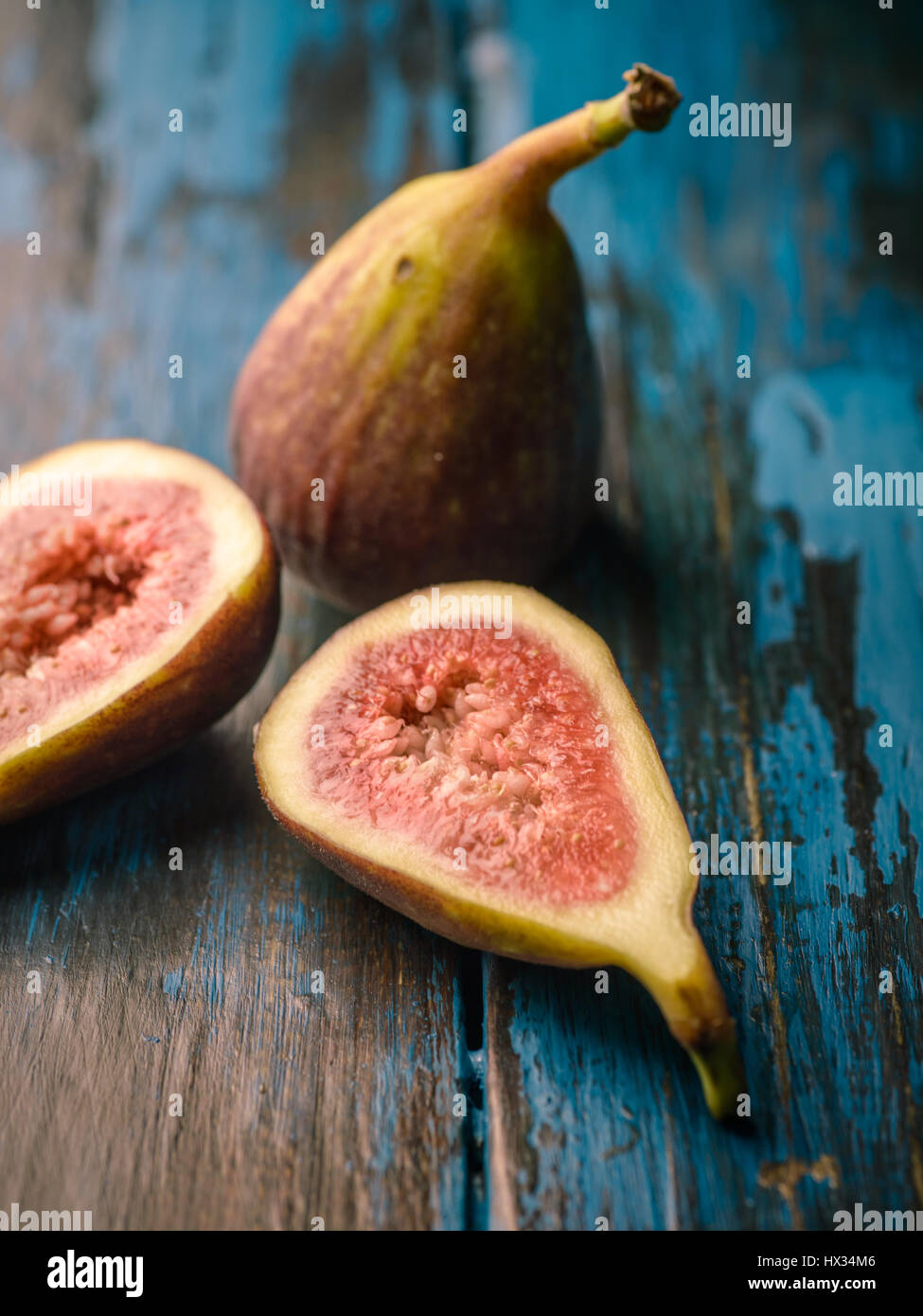 Close-up of figs on distressed wooden tabletop - Stock Image