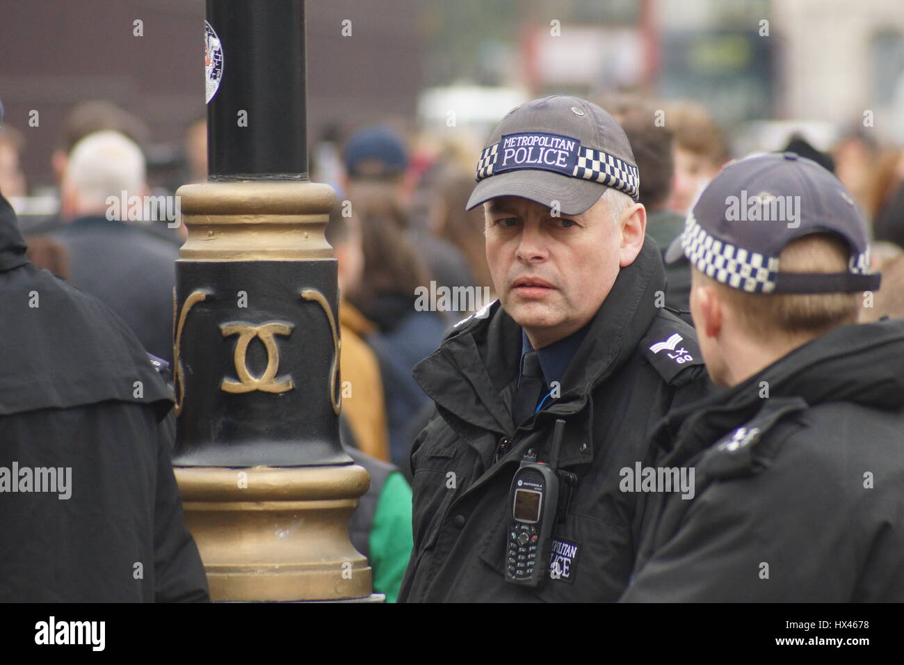 London, UK. 23rd Mar, 2017. Police pay tribute at the scene.The scene outside the Houses of Parliament in the wake - Stock Image