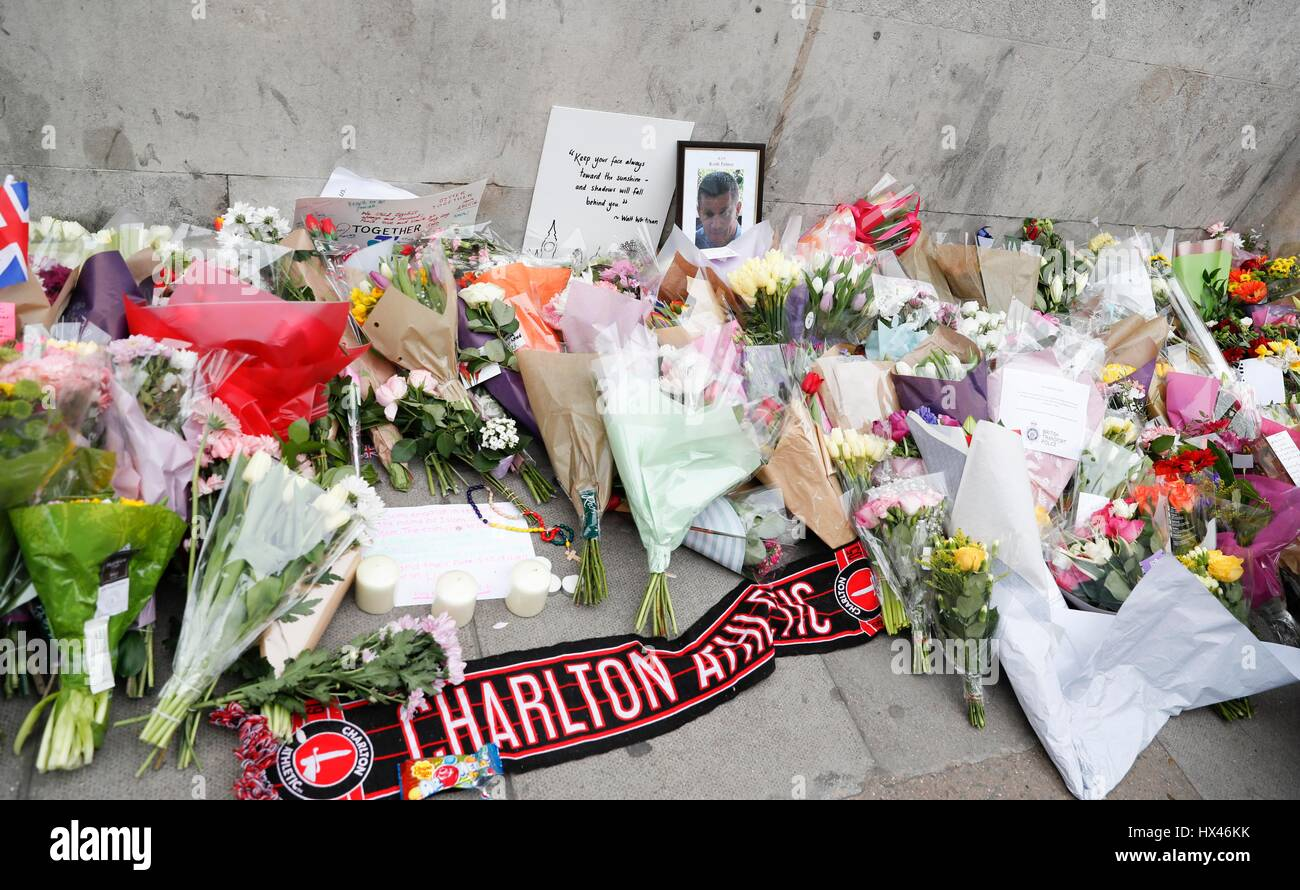 London, UK. 24th March, 2017. Westminster terror attack in central London.  Floral tributes and a photograph of - Stock Image
